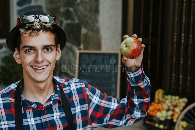 Homem com maçã imagens de stock royalty free