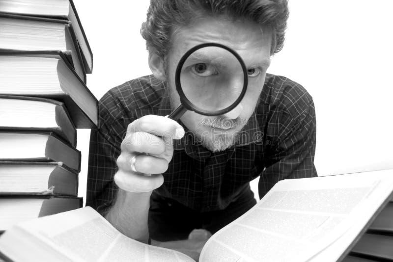 Homem com magnifier fotos de stock royalty free