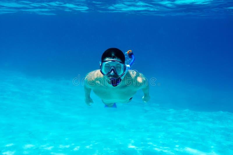 Homem com mergulhar da máscara imagem de stock