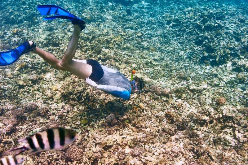 Homem com mergulhar da máscara foto de stock royalty free