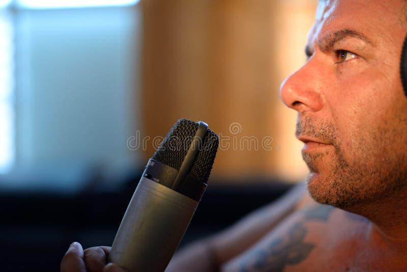 Homem com microfone imagens de stock royalty free