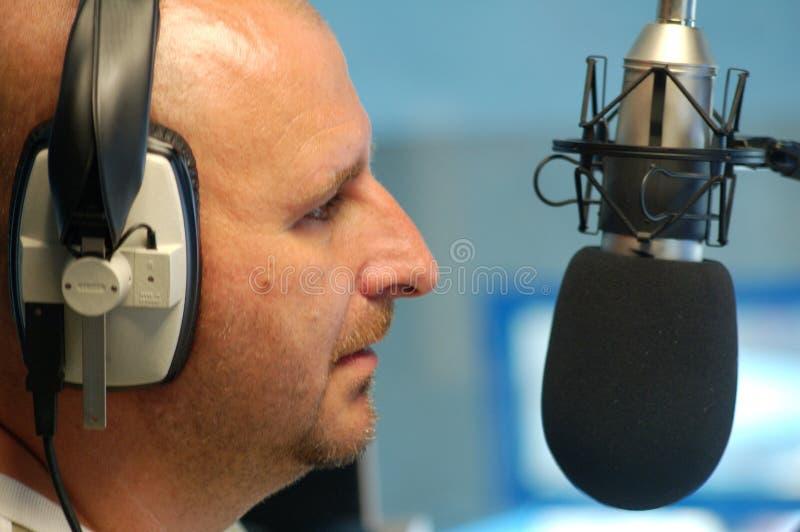 Homem com microfone de rádio fotografia de stock royalty free