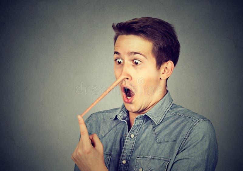 Homem com nariz longo Conceito do mentiroso fotos de stock