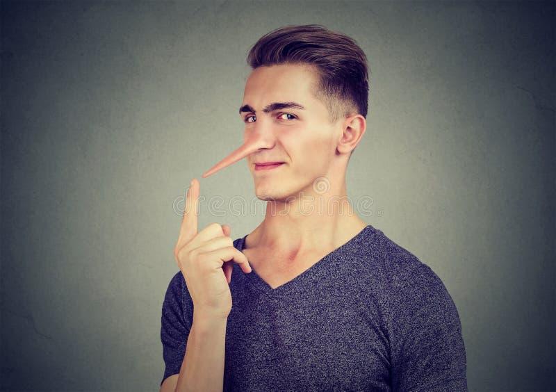 Homem com nariz longo Conceito do mentiroso Emoções humanas, sentimentos fotos de stock royalty free