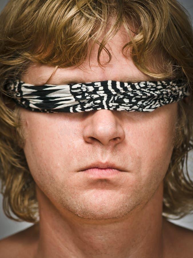 Homem com o blindfold em seus olhos foto de stock royalty free