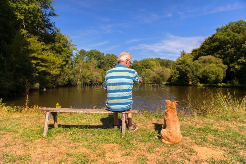 Homem com o cão na natureza foto de stock royalty free