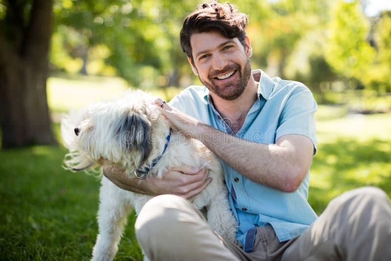 Homem com o cão no parque fotos de stock royalty free