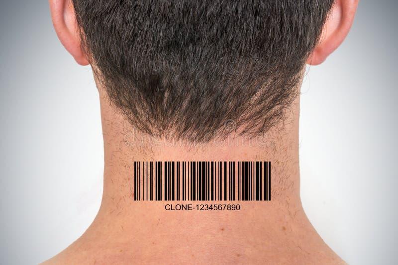 Homem com o código de barras em seu pescoço - conceito genético do clone fotografia de stock royalty free