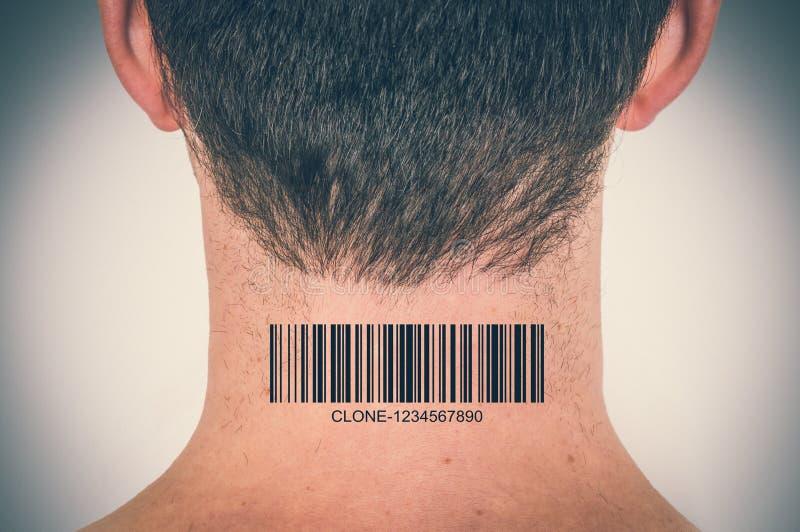 Homem com o código de barras em seu pescoço - conceito genético do clone fotos de stock royalty free