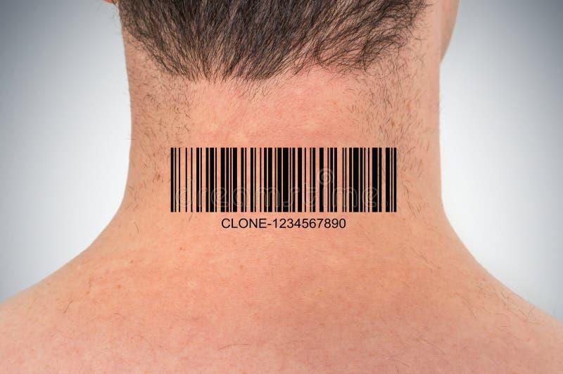 Homem com o código de barras em seu pescoço - conceito genético do clone fotografia de stock