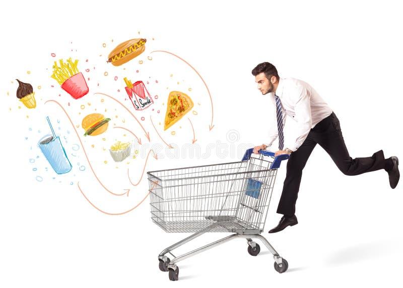 Homem com o carrinho de compras com comida lixo tóxica imagens de stock royalty free