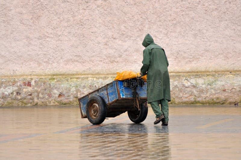 Homem com o carrinho de mão em Essaouria fotografia de stock