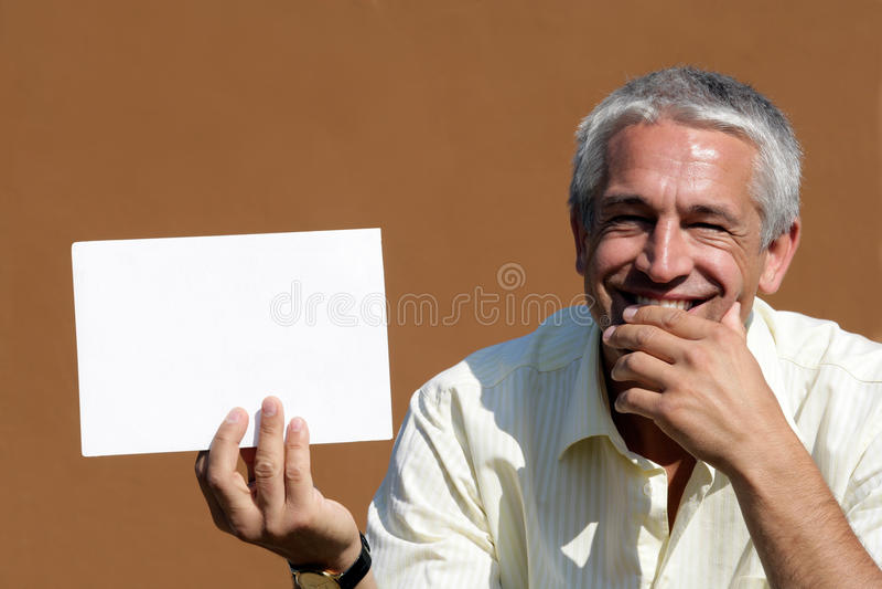 Homem com o cartão em branco grande fotografia de stock royalty free