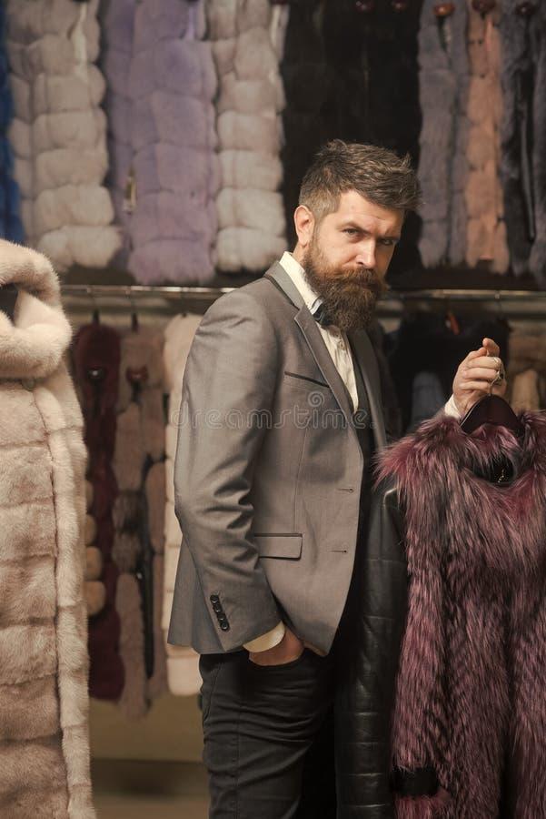 Homem com o casaco de pele da posse da barba e do bigode fotos de stock royalty free