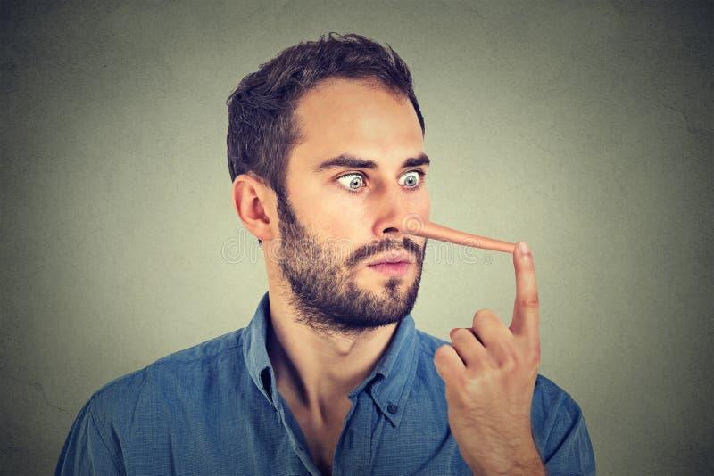 Homem com o nariz longo chocado surpreendido foto de stock royalty free