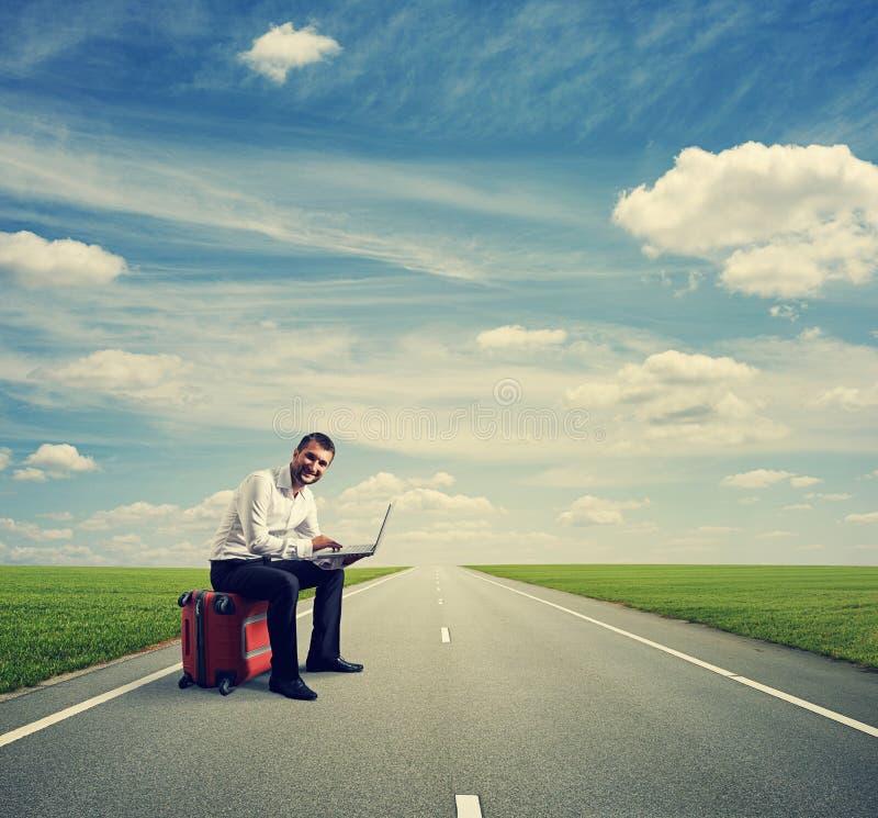 Homem com o portátil no estrada fotos de stock