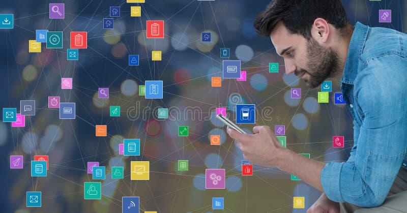 Homem com o telefone contra a cidade da noite com conectores foto de stock royalty free