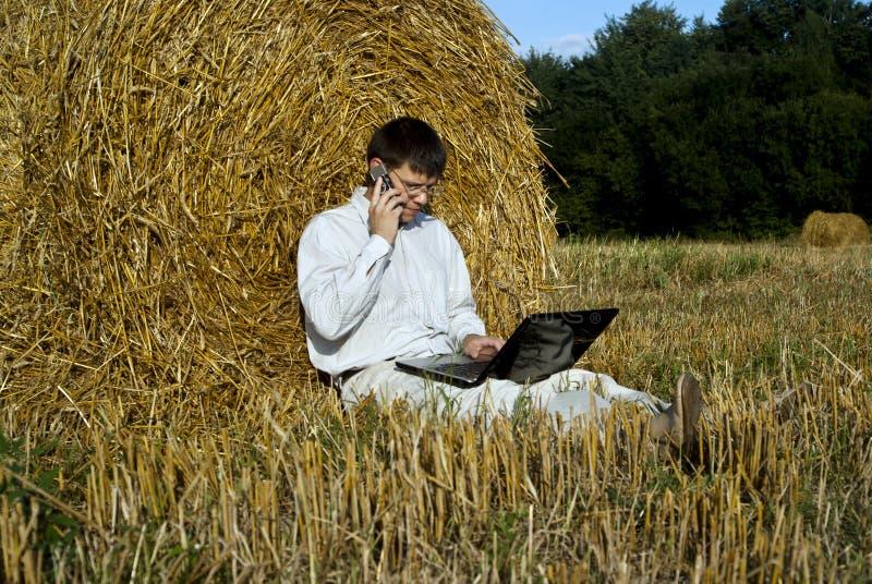 Homem com o telefone do portátil e de pilha imagens de stock