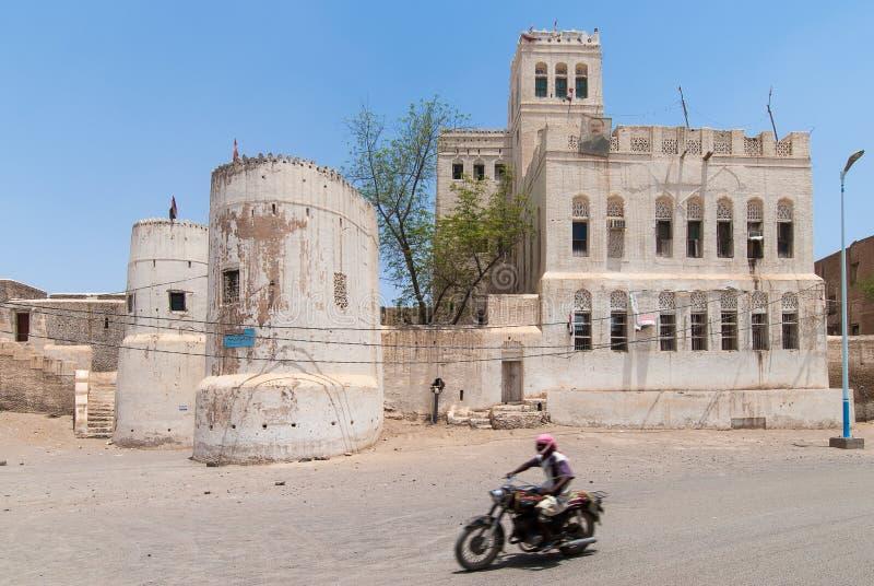 Homem com o velomotor em Iémen fotos de stock