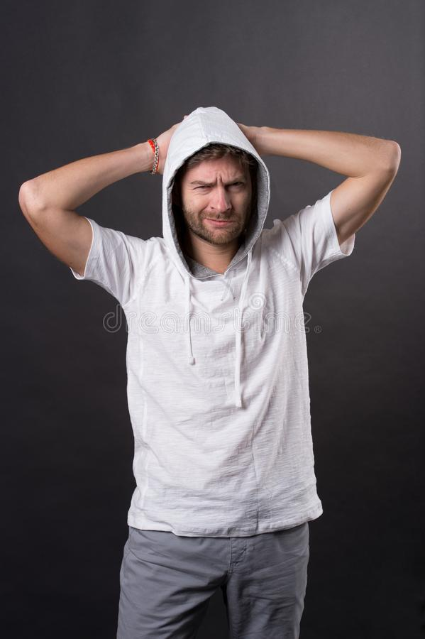 Homem com olhar severo da barba na capa Camiseta ocasional farpada do desgaste de homem Modelo de forma no tshirt do hoodie Estil fotografia de stock royalty free