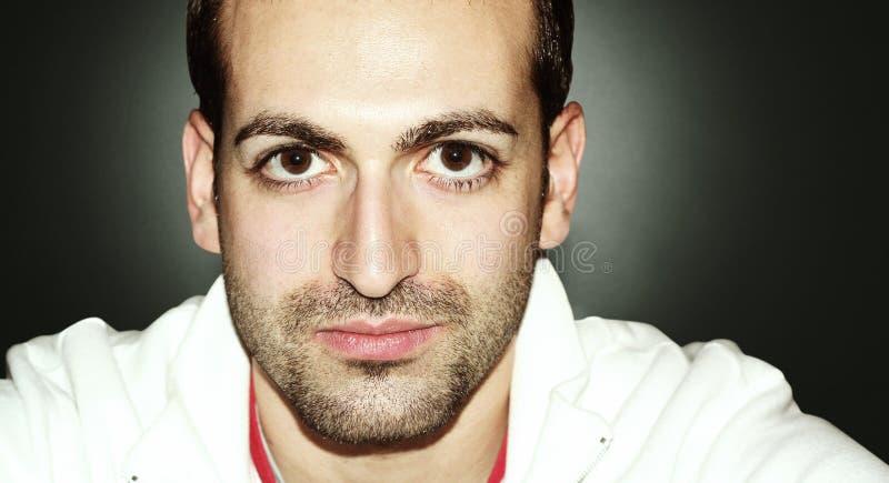Homem com olhos e a barba grandes Retrato horizontal No fundo grandient fotografia de stock royalty free