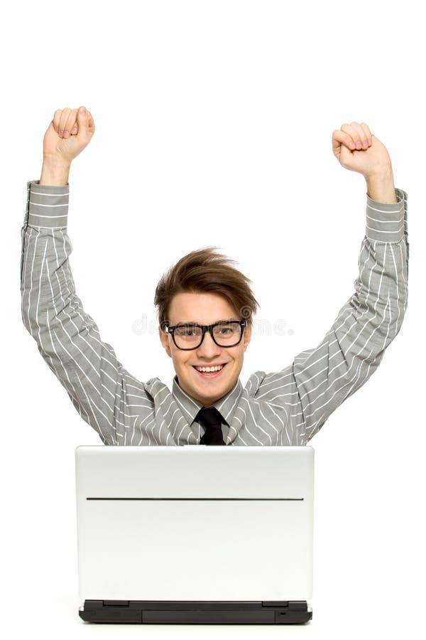 Homem com os braços levantados usando o portátil