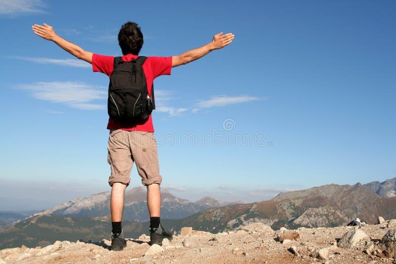 Homem com os braços outstretched fotografia de stock