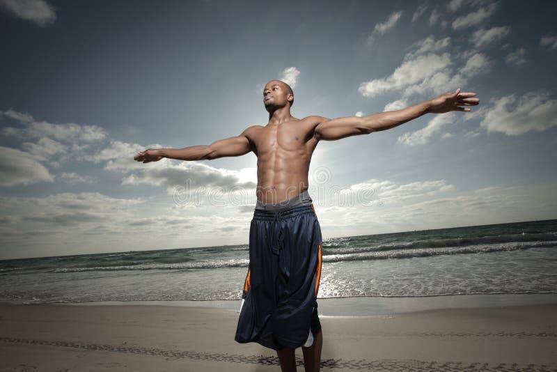 Homem com os braços outstretched fotografia de stock royalty free