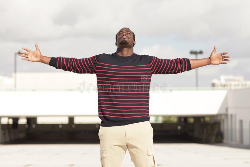Homem com os braços outstretched fotos de stock royalty free