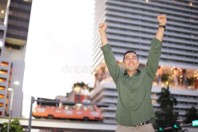 Homem com os braços outstretched para cima imagem de stock royalty free