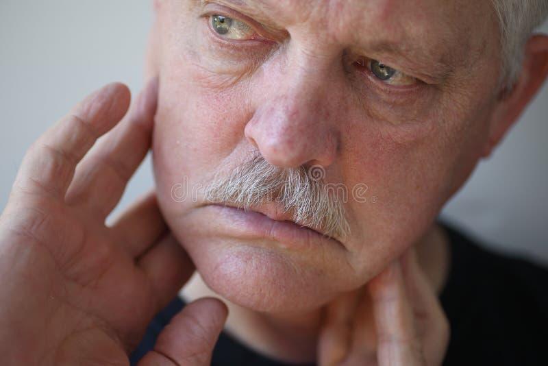 Homem com os dedos na maxila dolorosa imagens de stock royalty free