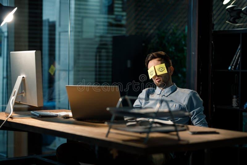 Homem com os olhos pintados em etiquetas fotografia de stock