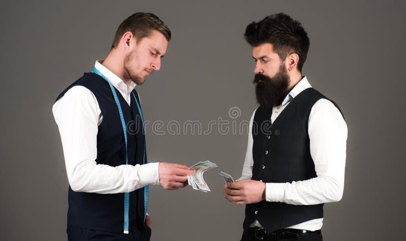 Homem com pagamento da barba a macho com fita de medição imagens de stock royalty free