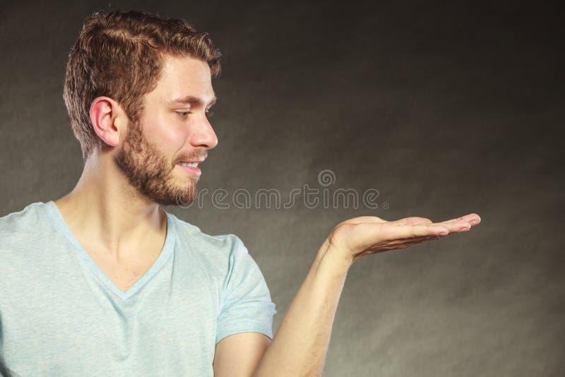 Homem com a palma vazia aberta da mão para o espaço da cópia foto de stock