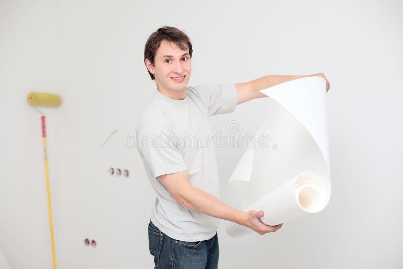 Homem com papel de parede foto de stock royalty free