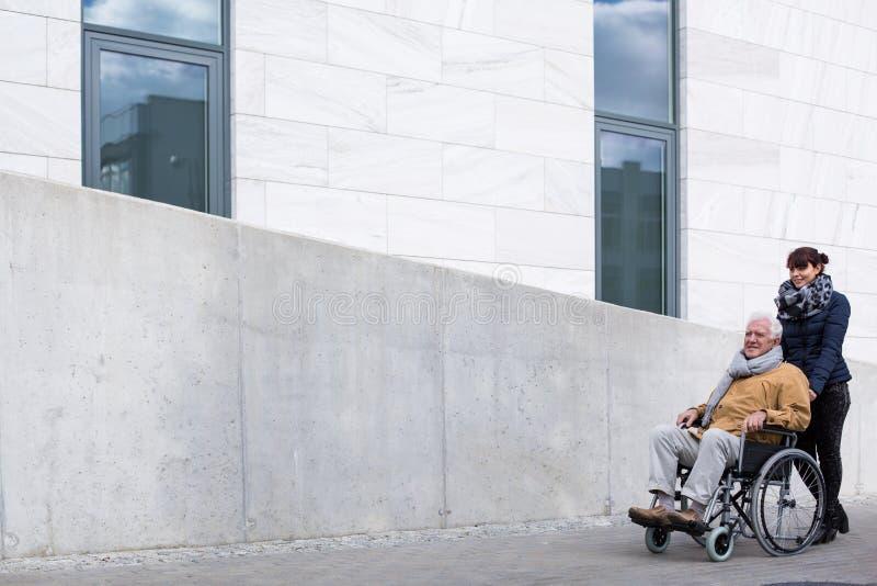 Homem com paralisia e equipa de tratamento fotos de stock royalty free