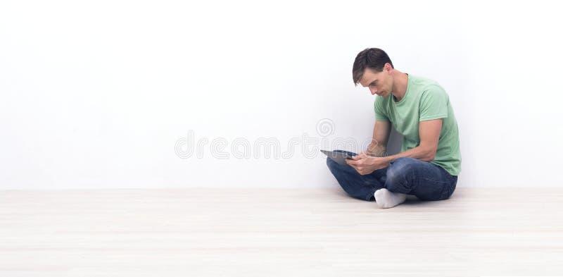 Homem com PC da tabuleta fotos de stock royalty free