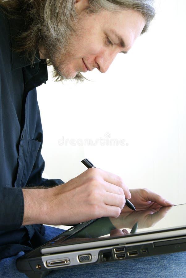 Homem com PC da tabuleta fotografia de stock royalty free