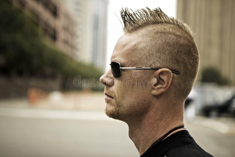 Homem com perfil do Mohawk fotografia de stock royalty free