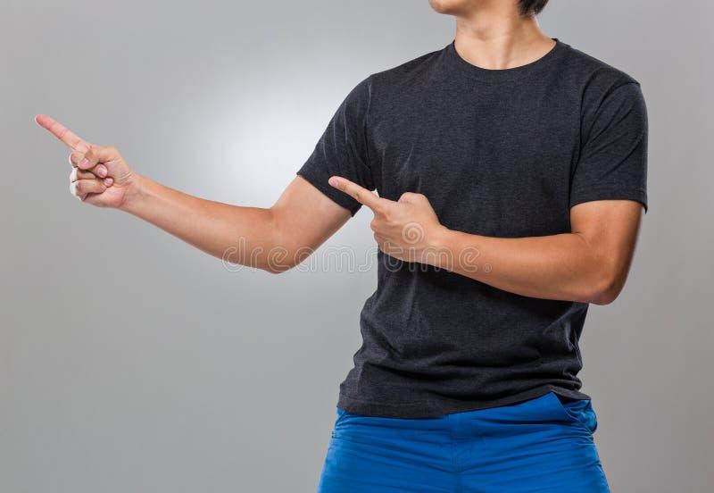 Homem com ponto de dois dedos de lado foto de stock