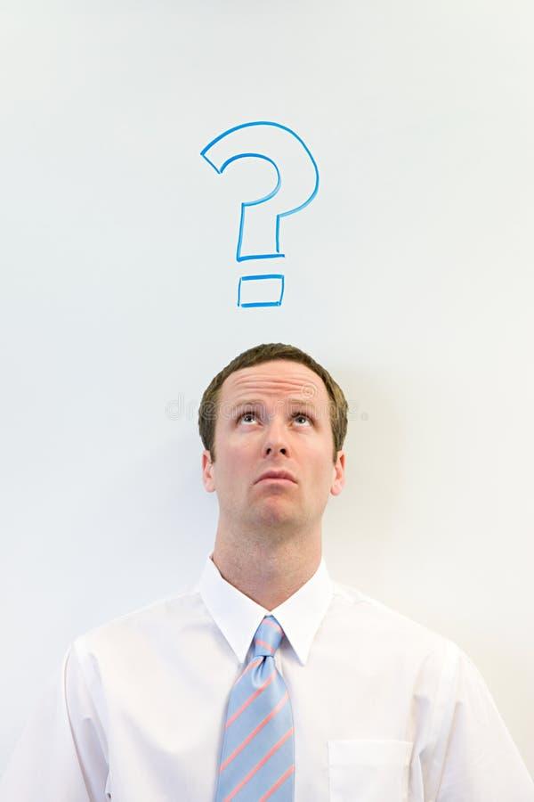Homem com ponto de interrogação acima de sua cabeça foto de stock