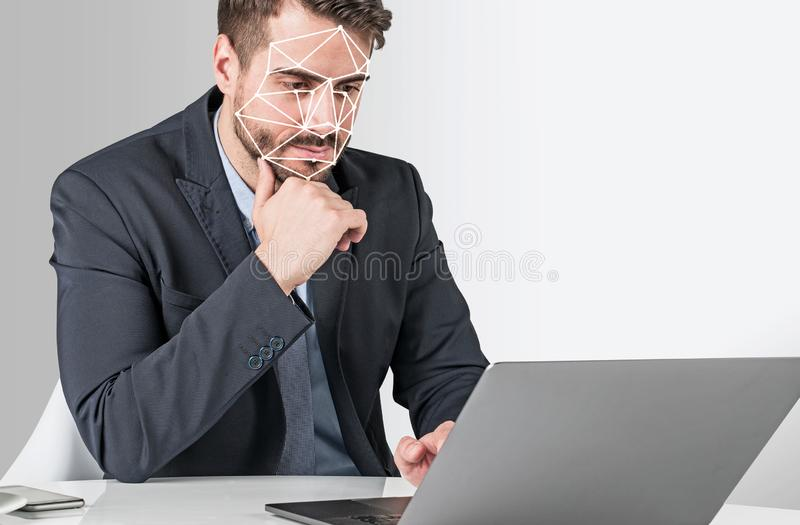 Homem com portátil, reconhecimento de cara imagens de stock royalty free