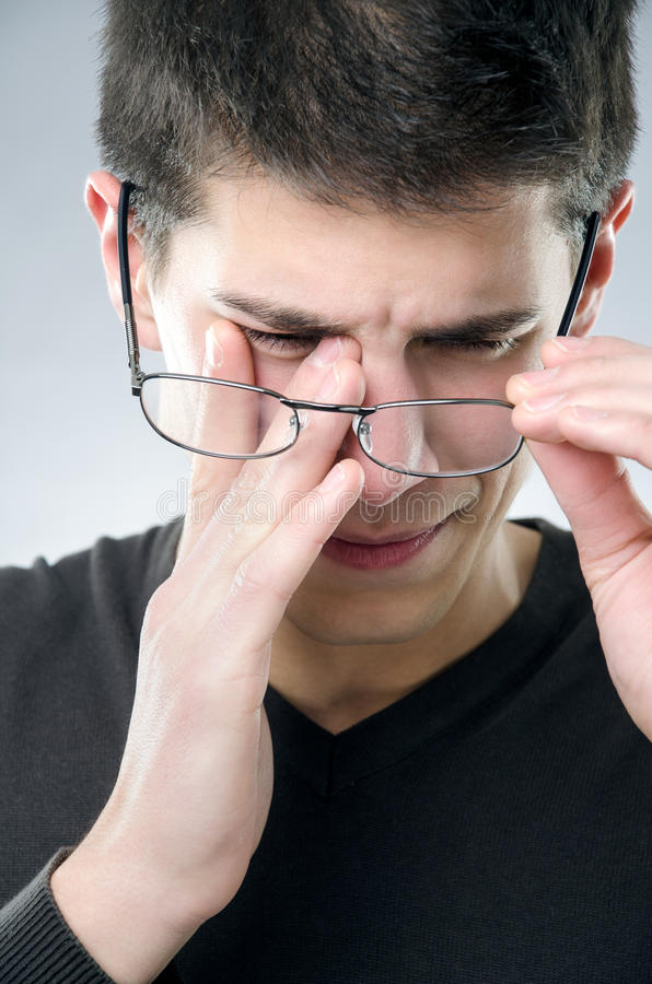 Homem com problema do eyesight fotos de stock royalty free