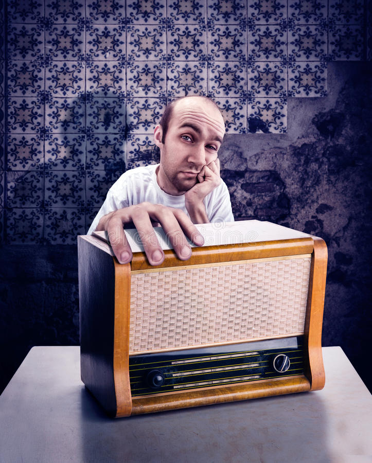 Homem com rádio do vintage imagens de stock