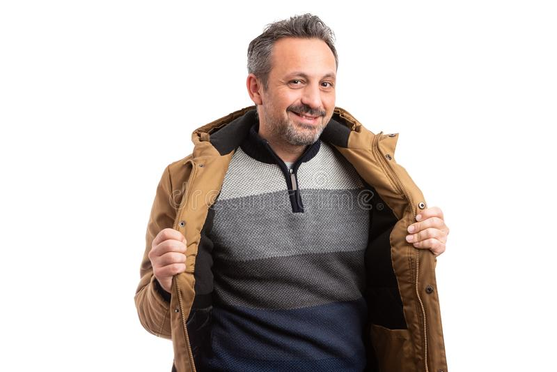 Homem com revestimento e a camiseta abertos imagem de stock
