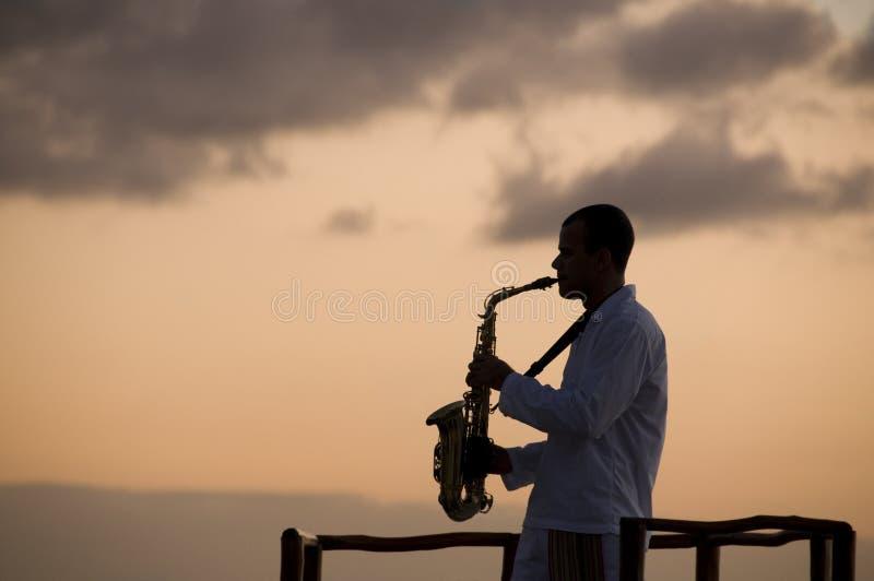 Homem com saxofone imagens de stock royalty free