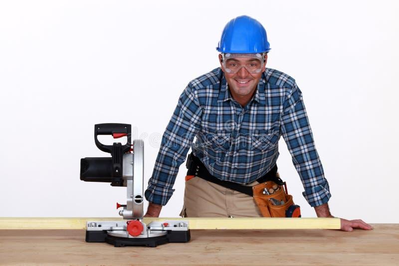 Homem com serra circular fotografia de stock