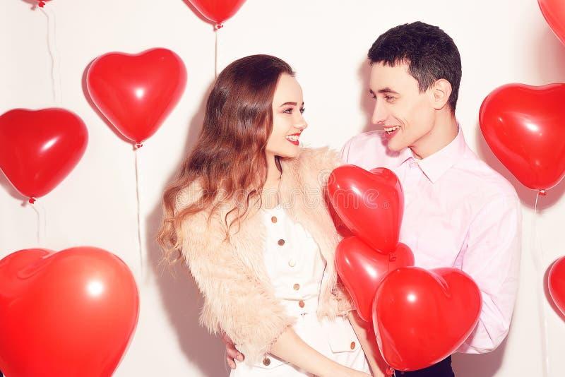 Homem com seu beijo bonito da menina do querido no dia de são valentim do amante Valentine Couple Acople o beijo e o abraço Amor imagens de stock