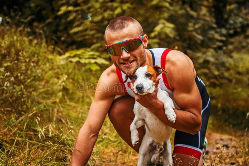 Homem com seu cão pequeno foto de stock royalty free