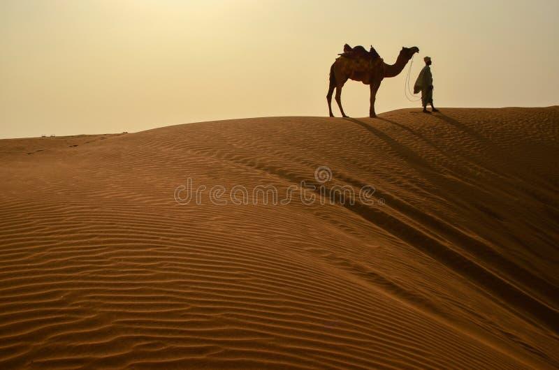 Homem com seu camelo fotografia de stock royalty free